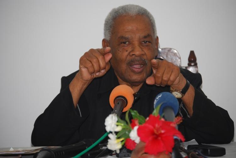 Mwanasiasa Mkongwe Hassan Nassor Moyo akisisitiza jambo wakati alipozungumza na Waandishi wa Vyombo mbalimbali kuhusu masuala ya Muungano hapo katika Ukumbi wa Rumaisa Bwawani Zanzibar.